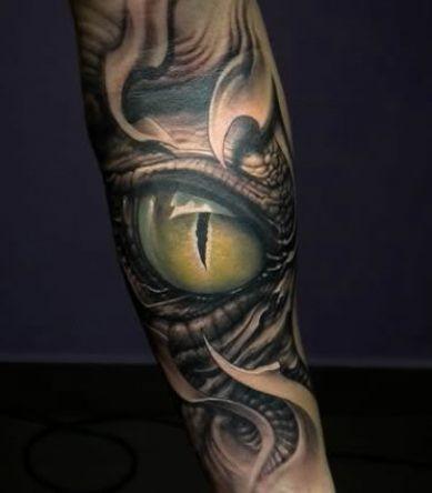 Tatuaggio realistico sul braccio l&quotocchio del serpente