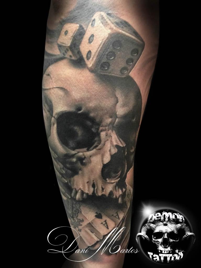 spettacolare disegno egrande dipinto dettagliato cranio con carte da gioco e dadi tatuaggio su braccio