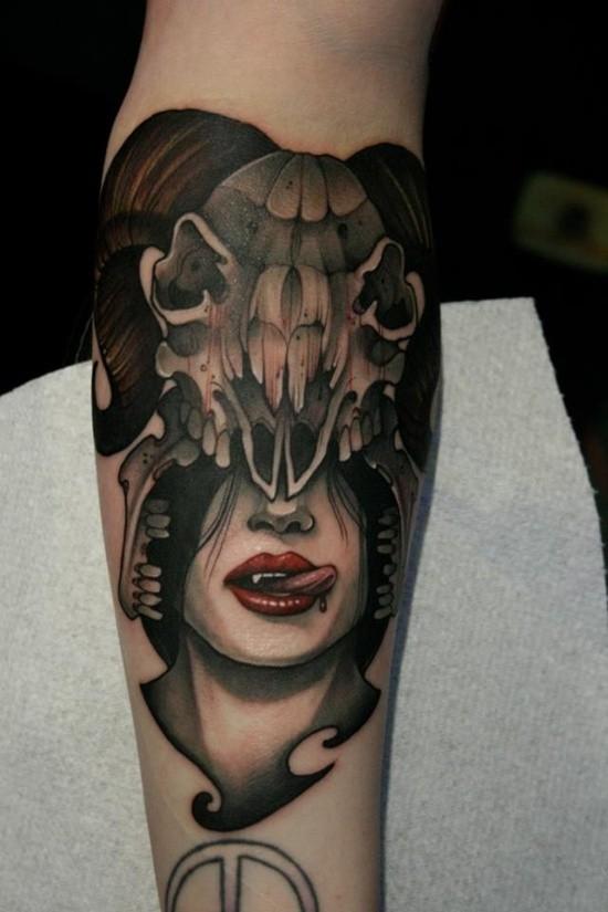 Tatuaje en el antebrazo, mujer vampiro con casco de cráneo de oveja