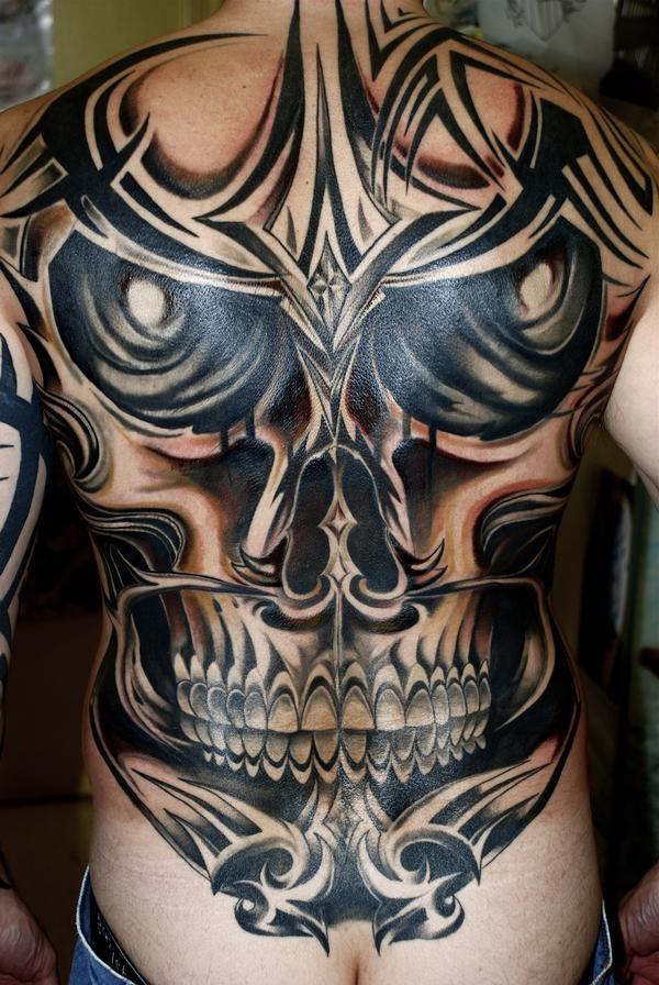 pauroso cranio grigio nero tatuaggio su tutta schiena di uomo