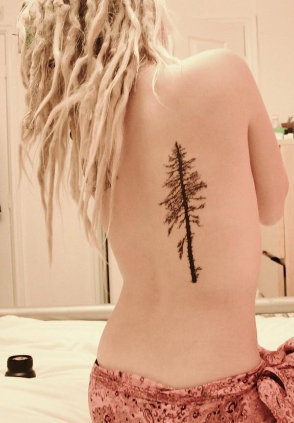 Tatuaggio carino sulla schiena l&quotalbero