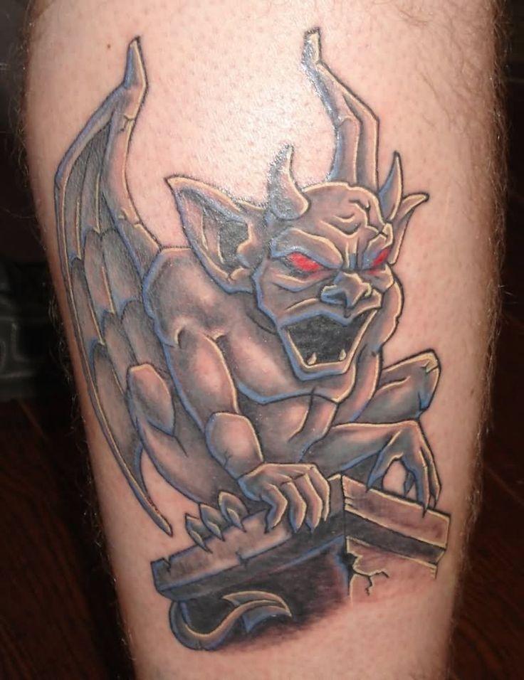 gorgoyle di pietra con occhi rossi tatuaggio