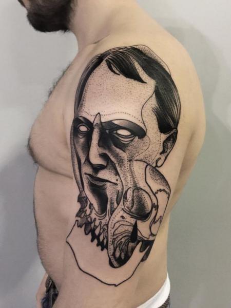 Seltsam aussehende schwarze Tinte gemalt von Michele Zingales Oberarm Tattoo von dämonischem Mann Gesicht und Schädel