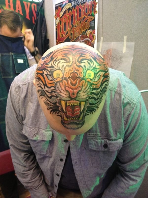 stupendo stile asiatico colorato testa di tigre tatuaggio su testa