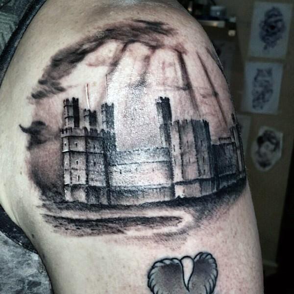 Tatuaje en el brazo, fortaleza medieval impresionante