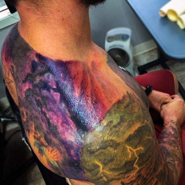 stupendo colorato naturale i lampi su vita selvaggia tatuaggio su spalla e schiena
