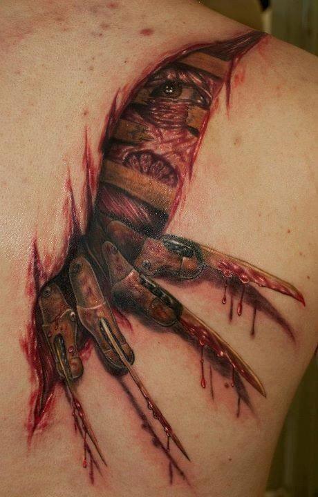 sbalorditivo disegno colorato realistico Freddi Kruger insanguinato tatuaggio su spalla
