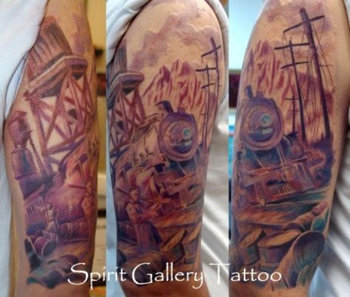 Splendido tatuaggio multicolore del braccio superiore del treno d&quotacciaio