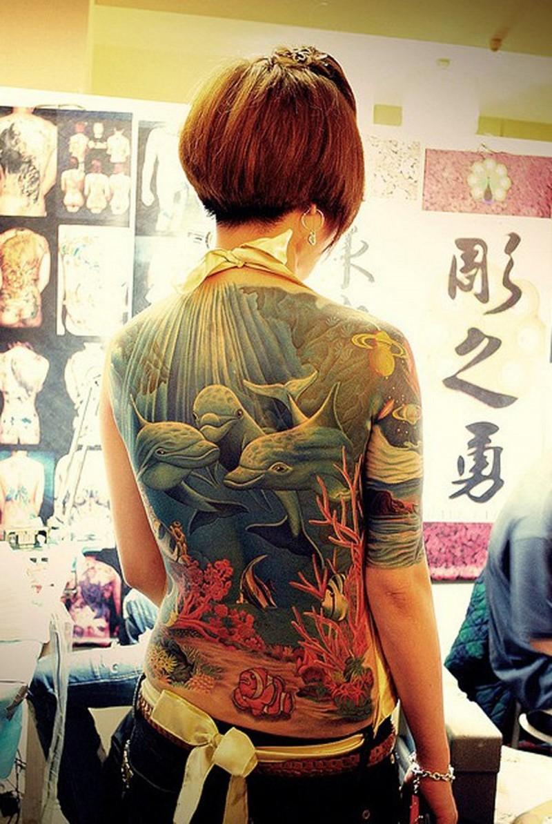 bellissimo realistico subacqueo colorato delfini tatuaggio pieno di schiena