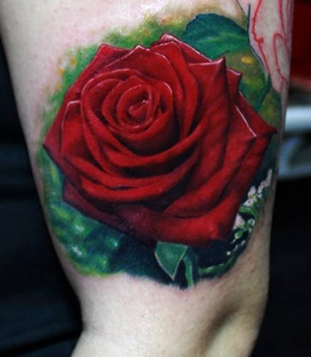 stupendamolto realistica rosa grande colorata tatuaggio su coschia