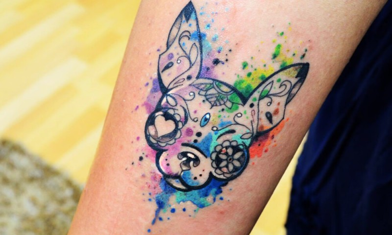 Kleines Hundes Porträt mit ungewöhnlichen Augen Tattoo am Unterarm im Aquarell Stil