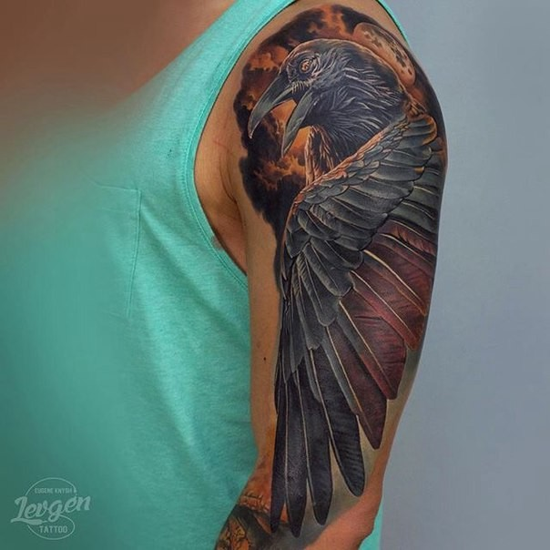 Super colored shoulder tattoo of realistic crow