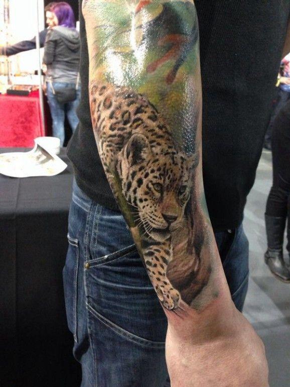 Tatuaggio super realistico sul braccio il leopardo
