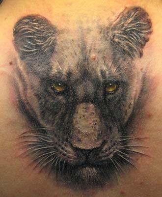 super realistico testa di pantera nera tatuaggio