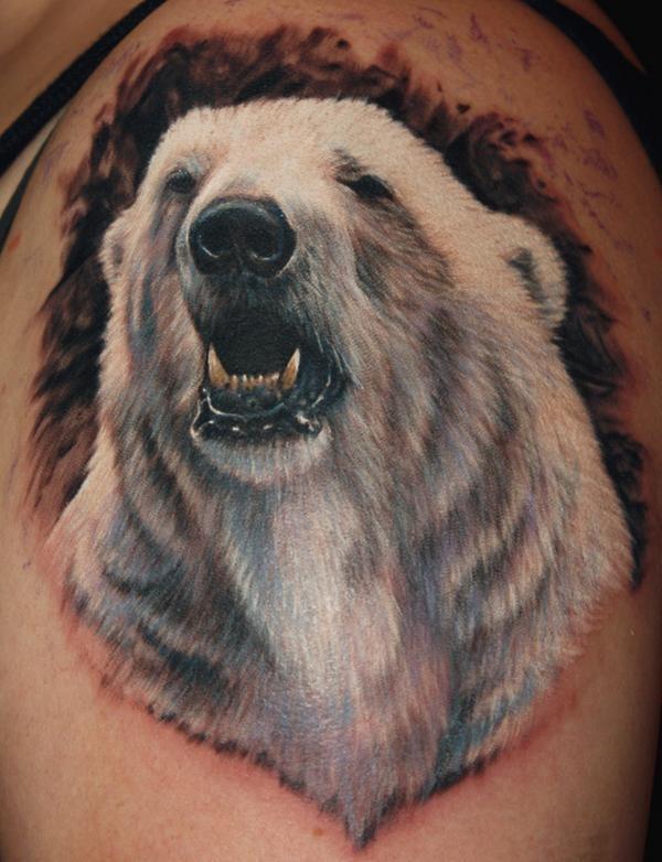 Tatuaggio realistico sul deltoide la testa dell&quotorso polare
