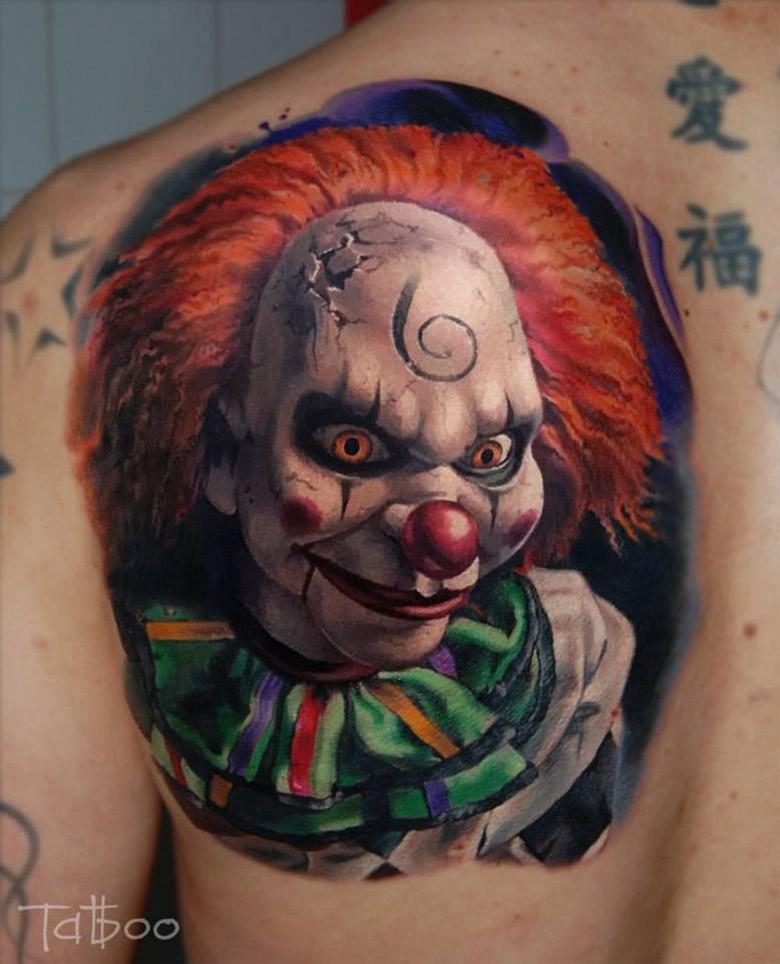 Tatuaje en el hombro, payaso malvado, dibujo volumétrico