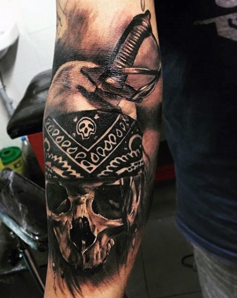 incredibile nero e bianco scheletro pirata morto con spada tatuaggio su braccio
