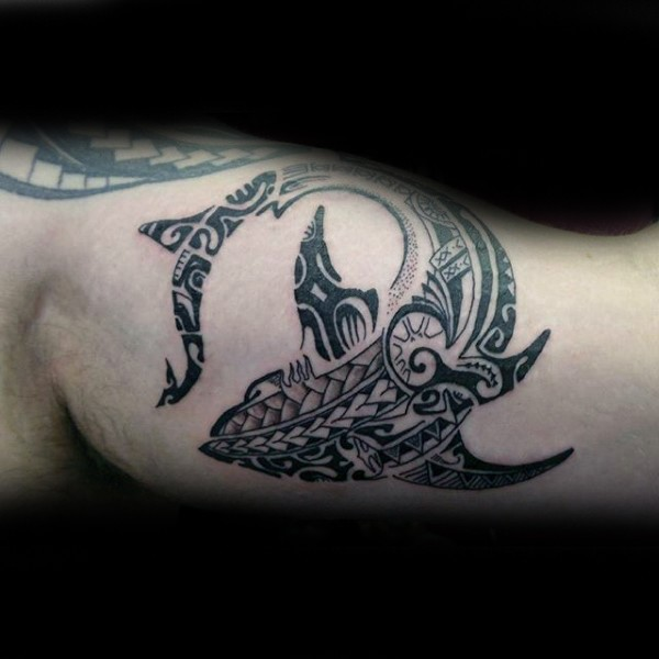 Superior black ink biceps tattoo of Polynesian style shark