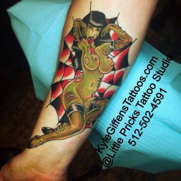 eccezionale dipinto colorato nuda donna zombie tatuaggio su braccio