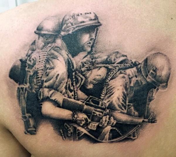 Tatuaje en el hombro, soldados en cascos y con armas