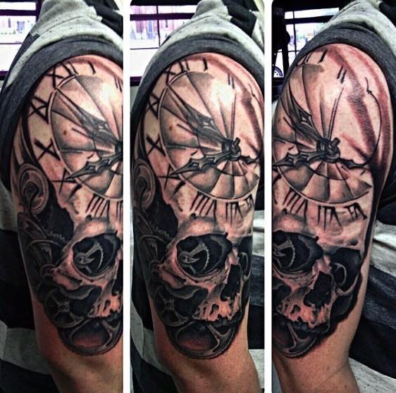 Tatuaje en el brazo, reloj grande retro con cráneo
