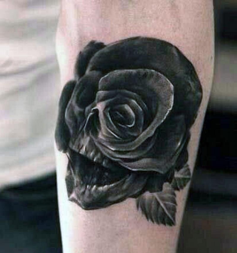 Tatuaje en el antebrazo, cráneo oscuro con rosa en el ojo