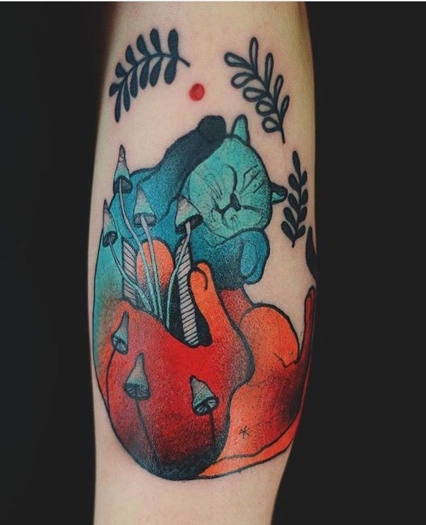 Tatuaggio colorato di gatto in stile surrealismo con funghi