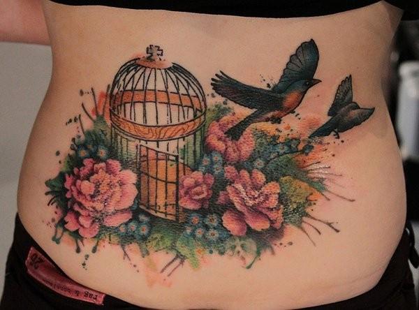 bellissimo colorato dipinto grande gabbia con uccelli liberi e fiori tatuaggio su parte bassa dellaschiena