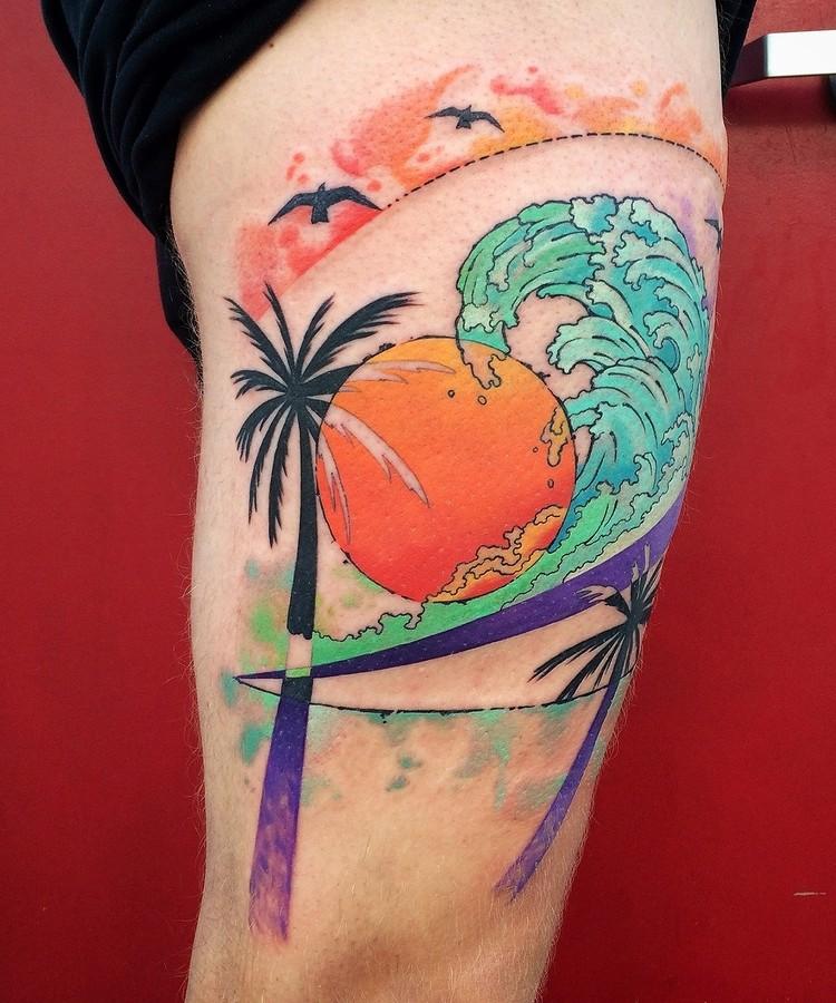 Tatuaggio colorato alla coscia dalle palme con sole e onda