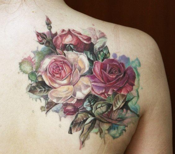 eccezionale dipinto grande colorato fiori rosa su spalla tatuaggio