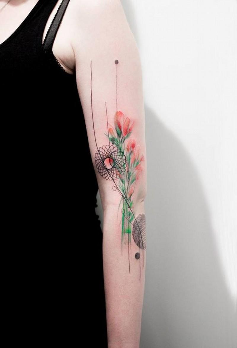 dolce dipinto colorato figure mistiche con fiori tatuaggio su braccio