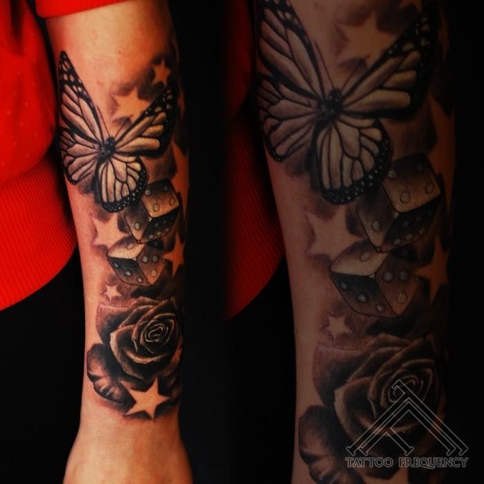 Susser Schwarzweisser Schmetterling Mit Wurfeln Und Rose Tattoo Am