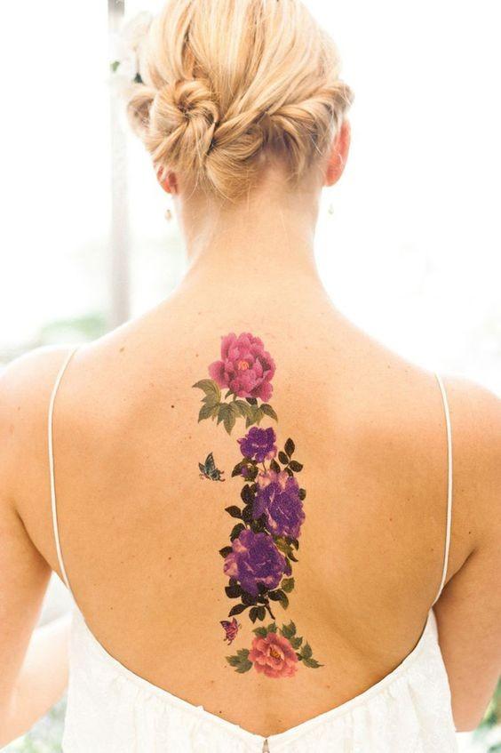 tenero realistico colorato vari fiori con farfalla tatuaggio su schiena