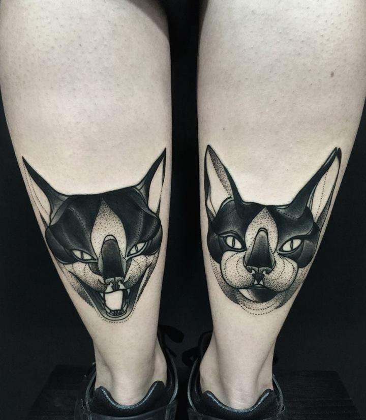 Simmetrico stile blackwork dipinto da gatti Michele Zingales sul tatuaggio
