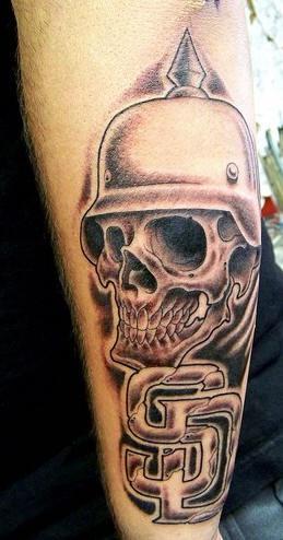 Tatuaggio impressionante 3D sul braccio il teschio con il casco