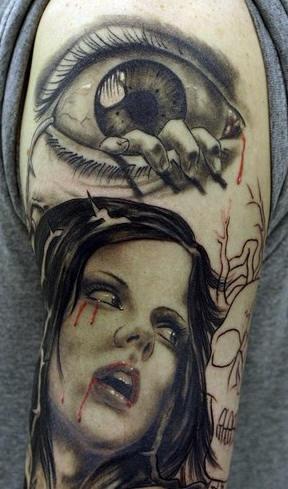 Tatuaggio spaventoso sul braccio la ragazza & l&quotocchio