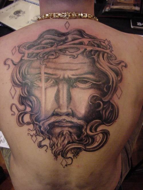 Viso di Gesù Cristo tatuato sulla schiena