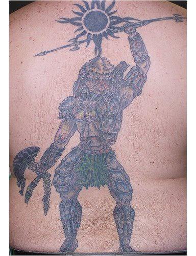 La vittoria di Yautja con il segno di sole grande tatuaggio sulla schiena