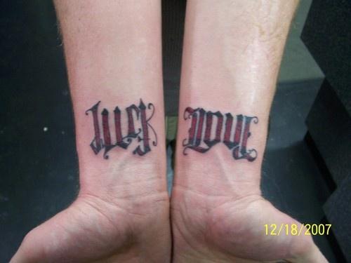 """Disegni calligrafici di &quotLUCK"""" e &quotLOVE"""" tatuati sui bracci"""