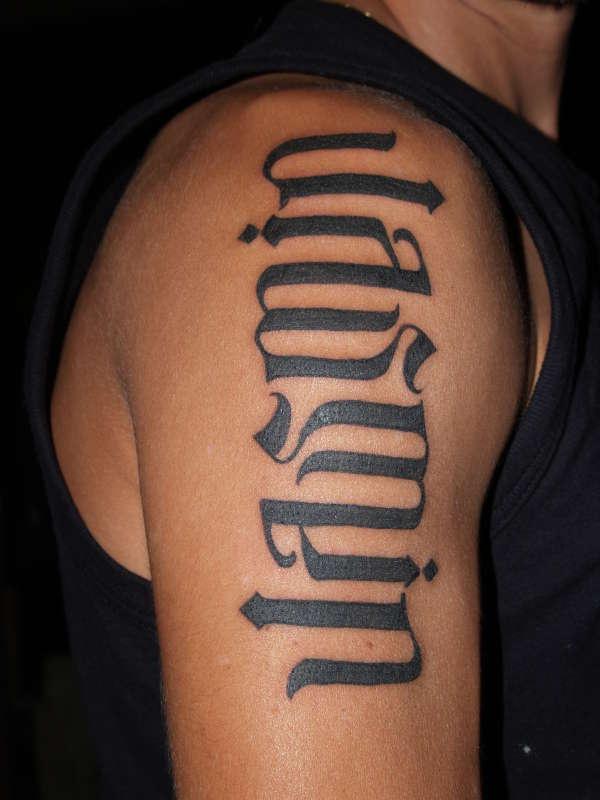 """Nome &quotJASMIN"""" tatuato sul deltoide in carattere grassetto"""