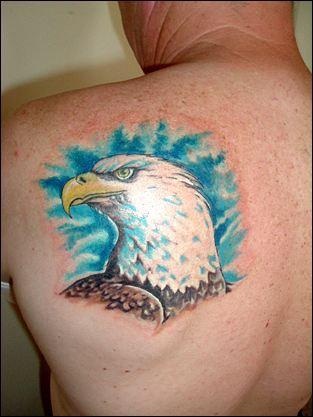 el tatuaje de una aguila hecho en color en la espalda