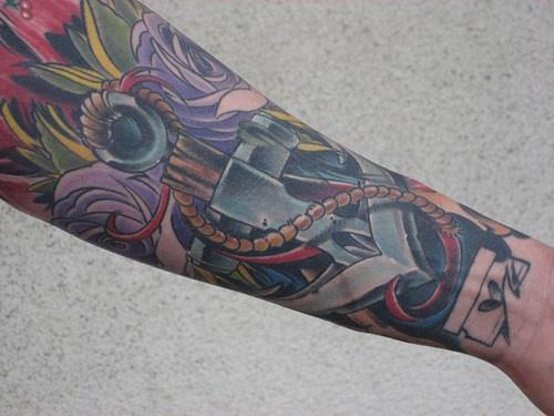 Grande impressionante tatuaggio a colore vivace sul braccio
