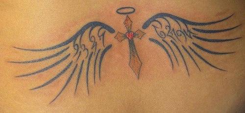 Croce con le ali di angelo tatuati