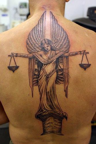 Angelo della giustizia tatuato sulla schiena