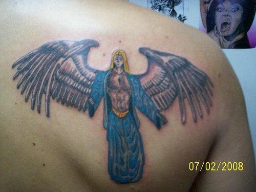 Angelo con il vestito azzurro tatuato