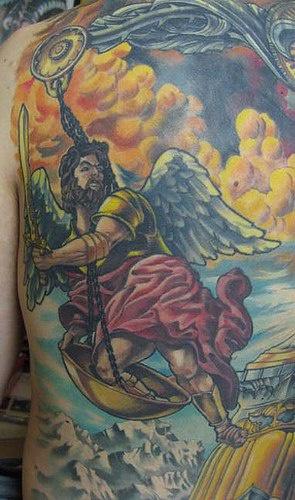 Tatuaggio colorato L'Arcangelo Gabriele è nella classica posa