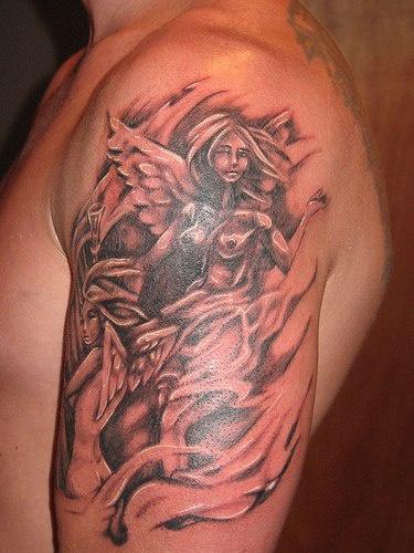 Angelo nudo tatuato sul deltoide