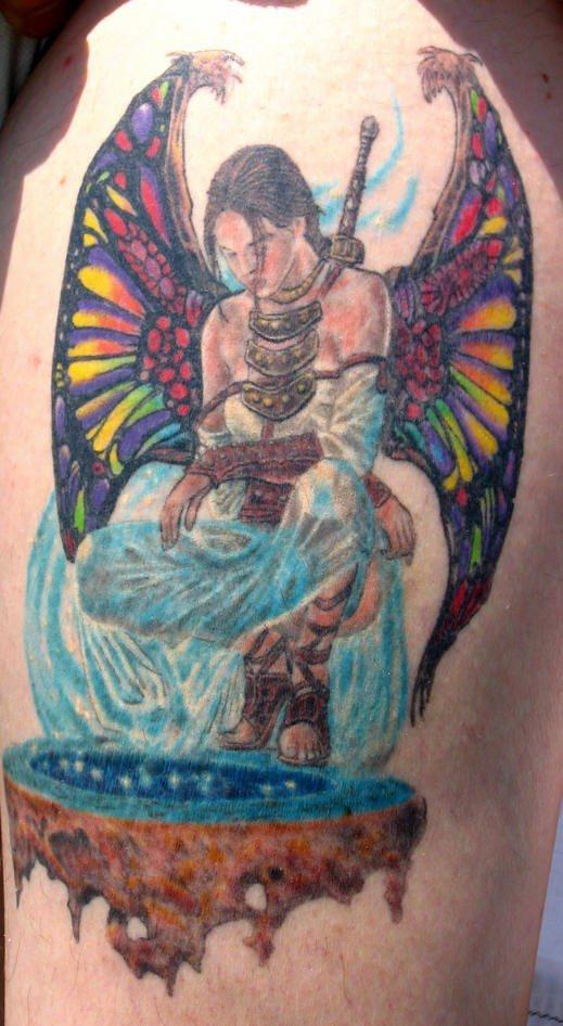 Tatuaje la mujer guerrera con las alas del ángel en colores brillantes