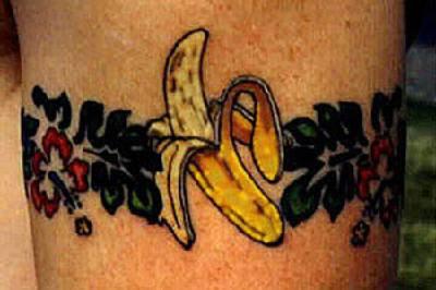 Fiori e banana tatuati in forma di braccialetto