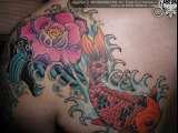 Impressionante tatuaggio colorato il fiore e la carpa giapponese